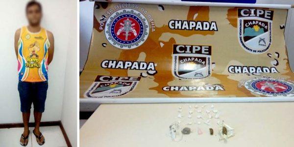 Foram encontrados 4 trouxas de maconha e 20 papelotes de cocaína   FOTO: Cipe-Chapada  