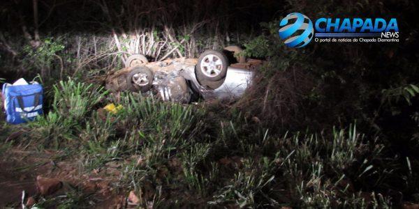 O Corola foi jogado para fora da rodovia. FOTO: Chapada News