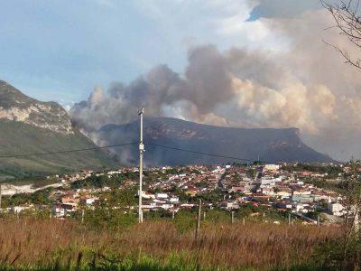 Imagem de incêndio florestal no município de Ibicoara | FOTO: Ilustração/Arquivo/Cleide Moira |