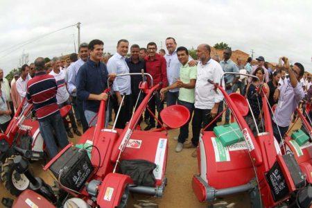 Os 13 microtratores vão facilitar o trabalho dos agricultores dos municípios de Bonito, Morro do Chapéu, Iraquara, Palmeiras, Seabra, Souto Soares e Wagner | FOTO: Manu Dias/GOVBA |