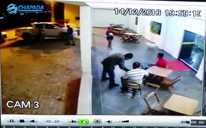 Momento do roubo ao empresário. Foto: Whatsapp