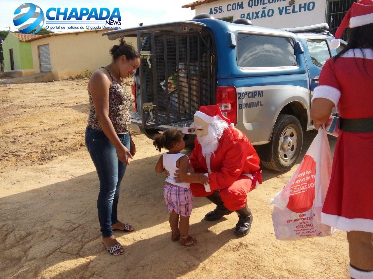As crianças correm para o Papai Noel. FOTO: 29ª CIPM