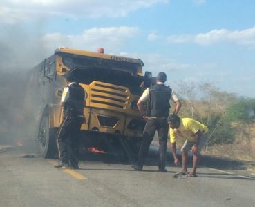 Carro-forte foi explodido em rodovia na Bahia (Foto: Gil Santos/Site Noticias de Santaluz)