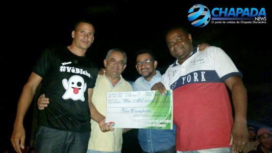 Premiação de vice-campeão ao Nova Aliança: João Gomes (Sind. Prod. Rurais de Seabra), Bira do Salão e João (Representando o prefeito eleito Fábio Lago Sul)