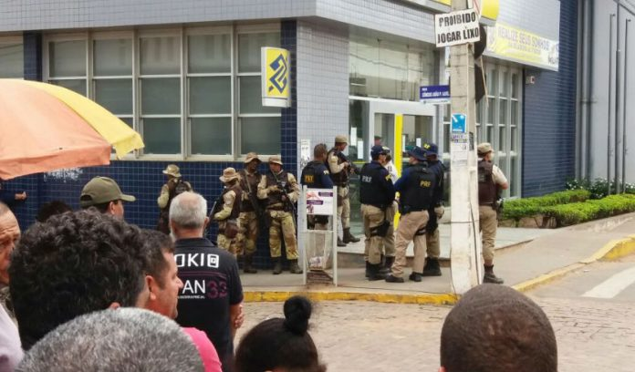 Policiais cercam agência do Banco do Brasil, no centro de Seabra (Foto: Leitor)