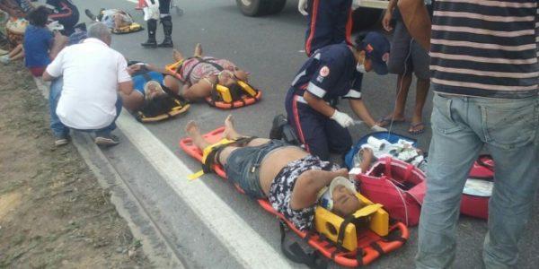 Ônibus capotou ribanceira abaixo e carroceria ficou destruída (Foto: Adelson Meira/Portal Poções)
