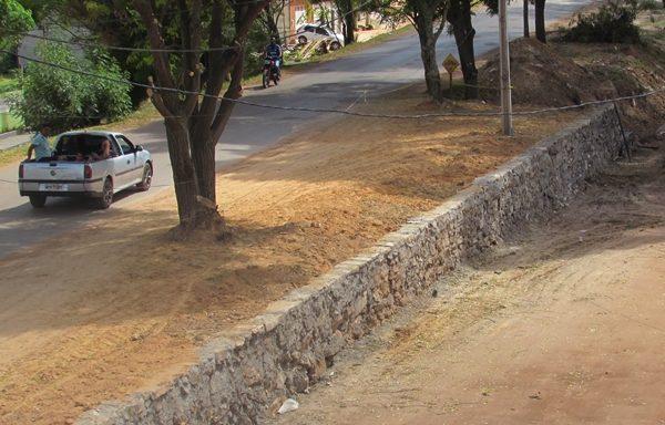 Contenção ao lado da passarela do estudante em fase de construção